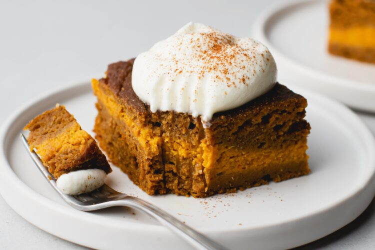 This slow cooker pumpkin spice latte cake is a sweet way to end you cool, Fall day!