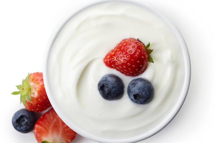 greek yogurt with strawberry and blueberries