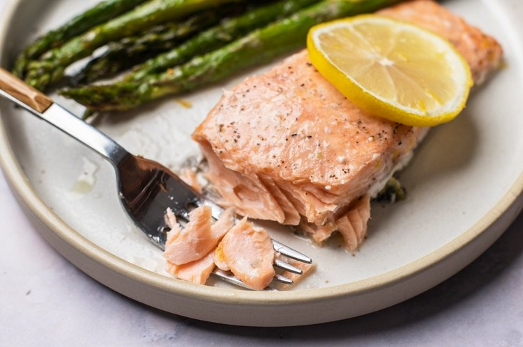 Eat fresh, whole food meals on your intermittent fast, such as this beautiful meal of fresh salmon and asparagus!