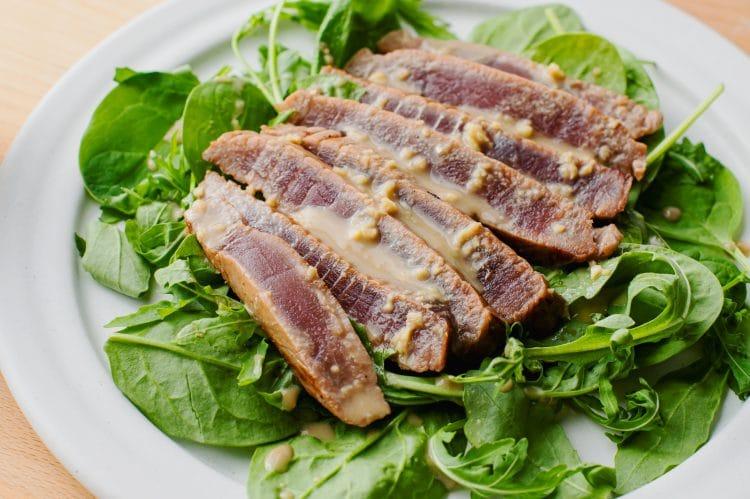 A megsült tonhal Wasabi krémmártással ízletes, magas fehérjetartalmú ebéd vagy vacsora.